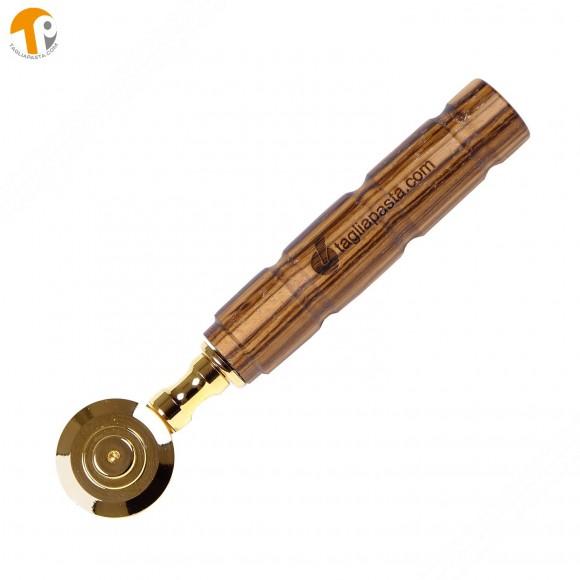 Rotella tagliapasta in ottone bagnato in oro con lama singola liscia. Manico in legno di zebrano