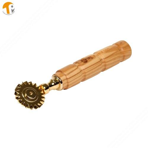 Rotella tagliapasta in ottone bagnato in oro con lama singola dentata. Manico in legno di ulivo