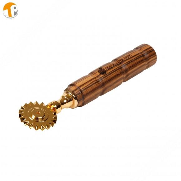 Rotella tagliapasta in ottone bagnato in oro con lama singola dentata. Manico in legno zebrano